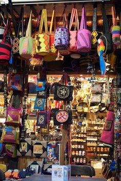 Artesanias3 - Bogota, COLOMBIA. Mucho más sobre nuestra hermosa Colombia en www.solerplanet.com