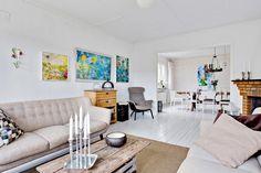 Ljust vardagsrum med stor öppning in till matsalen Ryd västergårdsvägen 28 Bråta, Lerum