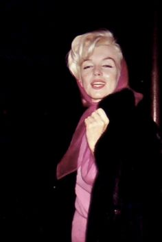 Marilyn Monroe, 1961 a rare candid photo of the star Marilyn Monroe 1962, Old Hollywood Stars, Vintage Hollywood, Love Vintage, Joe Dimaggio, Restaurant New York, Norma Jeane, Leather Ballet Flats, Film