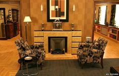 Art Deco interior design on tv series Poirot Art Deco Home, Art Deco Era, Architecture Miami, Art Deco Fireplace, 1930s Fireplace, Fireplace Design, Detective, Art Nouveau, Art Deco Living Room