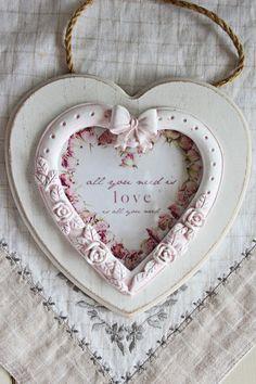 """Cadre coeur, romantique,patiné à l'ancienne, shabby chic, """"coeur de Roses - All you need is love"""" : Décorations murales par charmyandco"""