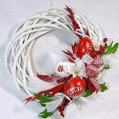 Velikonoční věnec - červené kraslice Handmade Christmas Decorations, Valentine Decorations, Christmas Diy, Easter Wreaths, Holiday Wreaths, Easter Sunday Images, Egg Decorating, Flower Boxes, Spring Crafts
