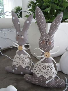 63 Unique Easter Decor Ideas To Give Your Home A Stylish TouchDecorating your house this Easter won't be a hard task as we bring to you the most stunning unique Easter decor ideas to add a touch of festivity to your interiors. Explore all ideas to Bunny Crafts, Easter Crafts, Easter Decor, Doll Patterns, Sewing Patterns, Diy Ostern, Easter Projects, Sewing Toys, Fabric Dolls