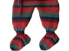 Vauvan villahousut neulotaan ainaoikeinneuleella, joka joustaa lapsen kasvaessa pituutta. Housuissa on kiinnineulotut villasukat, jotka pitävät jalat lämpiminä ja helpottavat pukemista.