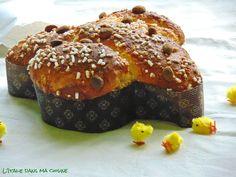 LA COLOMBA DI PASQUA (300 g de farine 00, 200 g de farine manitoba, 3 c à s de fécule de pomme de terre, 1 sachet ½ de levure sèche (10.5 g), 150 g de sucre, 100 g de beurre, sel, 1 sachet de sucre vanillé, zeste d'1 orange, 2 oeufs + 1 jaune, 13 cl d'eau (+30 ml si besoin), 100 g d'oranges confites) (GLACAGE : 1 c à s de sucre, le blanc d'oeuf inutilisé, 1 c à s de farine d'amandes ou de poudre d'amande) (DECORATION : grains de sucre, amandes)