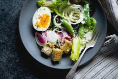 Frühlingsgrün-Salat mit Fenchel, Radieschen, und Miso-Buttermilch-Dressing