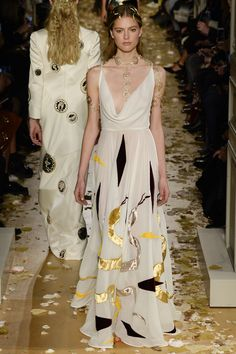See all the Valentino Haute couture Spring/Summer 2016 photos on Vogue. Style Haute Couture, Spring Couture, Couture Fashion, Runway Fashion, High Fashion, Fashion Show, Fashion Design, Fashion Goth, Juicy Couture