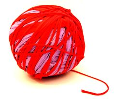 Wollknäuel aus alten T-Shirts / Ball of wool made from old shirts / Upcycling