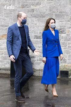 Le 24 mai 2021, Kate Middleton portait un ensemble bleu klein composé d'une veste de blazer Zara et d'une jupe longue et plissée. Un look tendance qui rappelle une certaine Lady Di. Lady Diana, Princesa Diana, Color Azul Real, Looks Kate Middleton, Duchesse Kate, Royal Blue Blazers, Prince William And Catherine, William Kate, Royal Engagement