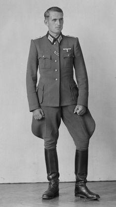 German Soldiers Ww2, German Army, Luftwaffe, Ww2 Uniforms, Military Uniforms, Military Looks, Men In Uniform, Jodhpur, Clothes Horse