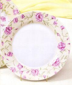 Platos de porcelana pintados y horneados,con motivos florales.: