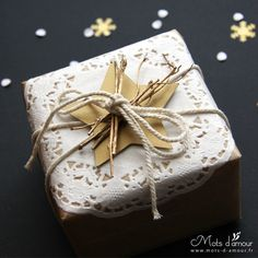 paquet cadeau packaging or wrapping Christmas Gift Box, Christmas Mood, Christmas Gift Wrapping, Holiday Gifts, Christmas Crafts, Pretty Packaging, Gift Packaging, Gift Wraping, Present Wrapping
