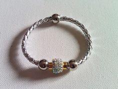 Pulsera Brazalete polipiel color plata con abalorio-cierre magnético con diamantes imitación y cuentas plateadas...
