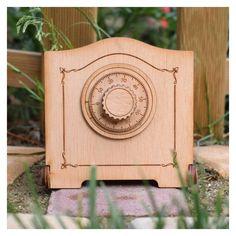 Caja de madera creada en madera natural para ti, un regalo original y personalizable. Graba en un lateral el nombre de alguien o una fecha especial.