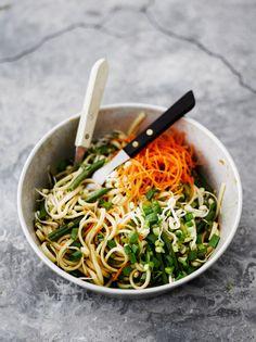 Raikas nuudelisalaatti saa rapsakkaa purutuntumaa pavuista, iduista ja porkkanasta. Ruokaisampi versio valmistuu lisäämällä vaikka katkarapuja tai tofua!