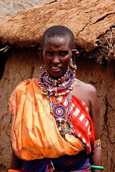 Kenia Massai Woman in amazing costume. Im in love with Masaai patterns and accessories and the way Masaai people dressed. I adore them because of the colours, stripes, combination between them, very modern and beautiful.