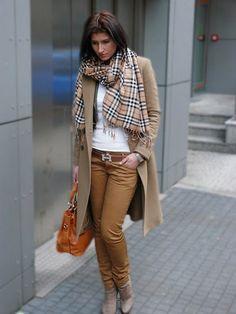 Девушка в клетчатом шарфе