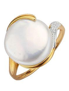 Schwungvoll designter Damenring, kombiniert aus Süßwasserzuchtperle (Ø ca. 12 mm) und Diamant, bietet einen unverwechselbaren Anblick. Er besitzt eine Ringkopfbreite von ca. 15 mm, bicolor, aus Gelbgold 375 und kann durch sein edles Design vielseitig kombiniert werden.