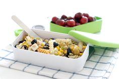 Receta de ensalada de pasta con atún, maíz, pimientos, queso y aceitunas. Una idea fresquita para el verano, el campo y la playa. Rellena tu tupper.