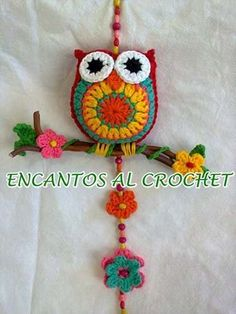 Colgante De Buho Con Ramita. Encantos Al Crochet Crochet Owls, Crochet Home, Love Crochet, Crochet Motif, Diy Crochet, Crochet Crafts, Crochet Flowers, Crochet Projects, Crochet Wall Hangings