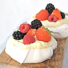 Basisrecept pavlova (Laura's Bakery) Mini Pavlova, Healthy And Unhealthy Food, Healthy Yogurt, Tart Recipes, Sweet Recipes, Dessert Recipes, Baking Bad, Best Fruit Salad, Fruit Tart