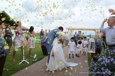 Casamento na praia. Saída dos noivos