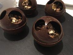 Dette bliver uden tvivl årets nytårs dessert hjemme ved os :-) de er SÅ lækre. Kombinationen af den intense mørke chokoladeskal, den let syrlige kirsebær pure, den bløde romtrøffel og så de saltede…