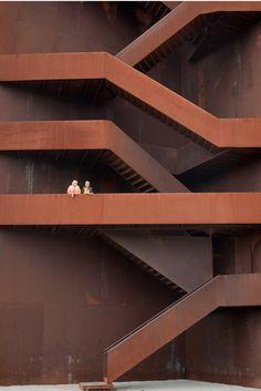 充满张力的体验 通过上升下降的阶梯,观者能够领略到细薄的材料与特殊的建造手法。在你攀登之时,对于听觉来说,每一步都是享受。比如,在楼下大声地关闭塔门,就能感觉到好像整个石碑在颤动。另一方面,楼梯与扶手给人一种安全可靠的感觉,所以人们顶着晕眩的压力在爬上30m的高处后也会觉得轻松自...