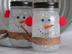 """deux bonhommes de neige réalisés en bocaux en verre dépoli décorés de pompons rouges et """"écharpes"""" en toile de jute"""