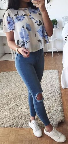 Floral: white and blue floral patterned shirt with blue jeans and white Stan Smith Adidas trainers. Cute outfit idea for school of for shopping. Casual but pretty.