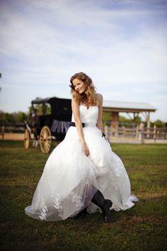 Lis Simon wedding gown. Sash by Sophie Chang. From Sasha's Bridal Boutique. Photography by starfishstudiosfl.com