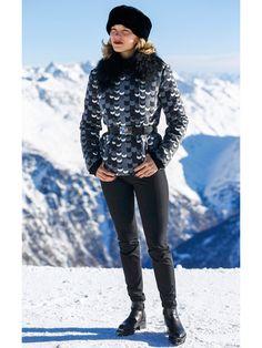 レア・セドゥ(Léa Seydoux)のモードなスキーウェアは「プラダ」