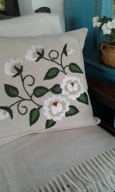funda rústica para almohadón bordada a mano Cushion Embroidery, Basic Embroidery Stitches, Hand Embroidery Flowers, Creative Embroidery, Crewel Embroidery, Hand Embroidery Designs, Cross Stitch Embroidery, Embroidery Patterns, Floral Bedspread