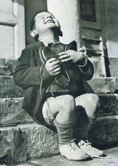 fotografias historicas raras 2 Niño austríaco recibiendo zapatos nuevos. Segunda guerra mundial.