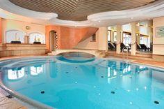 Innenpool im Welnessbereich des Alpine Palaces in Saalbach Hinterglemm I Love Swimming, Spa, Fine Hotels, Indoor Swimming Pools, Palace, Diys, Wellness, Outdoor Decor, Design