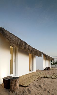 Let's escape to Casas Na Areia - a beautiful retreat designed by Manual Aires Mateus in Comporta, Portugal. Sand House, Beach House, Casa Magna, Casa Hotel, Haus Am See, Ocean Day, Romantic Escapes, Thatched Roof, Cottage