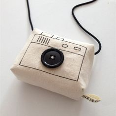 Are you interested in our handmade toy camera? With our toy camera for pretend play you need look no further. Diy Projects To Try, Diy Crafts For Kids, Gifts For Kids, Sewing Projects, Leather Bag Tutorial, Sac Week End, Toy Camera, Fabric Toys, Handmade Toys