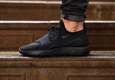 Découvrez la Nike Lunarcharge Essential Triple Black (100% noir) reprenant les caractéristiques de 5 modèles : Air Max 90, Air Presto, Flow...
