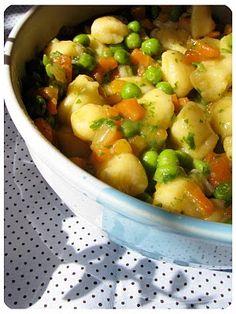 Nhoque de batatas com cenoura e ervilha
