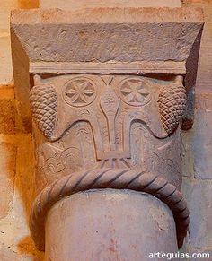 Capitel con extrañas siluetas y piñas iglesia de Pison de Castrejon