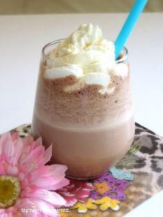 Hier habe ich für Nutella Fans ein simples Rezept für einen fantastischen Sommerdrink - Nutella Frappuccino. Dieses Getränk ist kalt, mit gecrashtem Eis, der richtigen Menge Kaffee und das Beste: mit