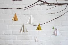 """Vor allem Linien mag Kathrin vom wunderbaren Blog karamelo. Aber auch Punkte, Geometrisches & Botanisches, schön(es) Gefundenes, frisch Gebackenes und Gemustertes findet sich in ihrer Sammlung. Es sind dabei die Moment- und Stimmungsaufnahmen, die sie faszinieren und festgehalten werden. Pflanzenfundstücke liegen ihr dabei besonders am Herzen und inspirieren sie zu ihren einzigartigen Stempeln. Auch ihre filigranen Tannenbaum-Anhänger aus Papier sind ganz """"karamelo""""."""