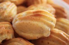 madeleines asperges-boursin / à décliner selon les envies... Mini Madeleines, Boursin, Hamburger, Biscuits, Bread, Desserts, Food, Asparagus, Kitchens