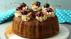 Surprise surprise we are back with another amazing cake recipe that will make you go bananas! This is for all the banana lovers out there! Banana Recipes, Best Dessert Recipes, Fun Desserts, Delicious Desserts, Party Recipes, Greek Recipes, Twisted Recipes, Surprise Cake, Flavor Ice