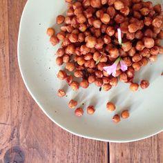 Zin in een zoete, gezonde snack met een hartig ingrediënt? Rooster een blik kikkererwten in de oven met deze heerlijke zoete topping!