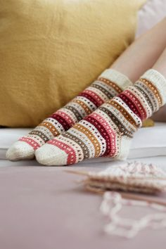 Knitted socks in ivory with green, yellow, cranberry and pink stripes – socken stricken Wool Socks, Knitting Socks, Free Knitting, Knitting Patterns, Knitting Machine, Vintage Knitting, Stitch Patterns, Knitting Projects, Shoes