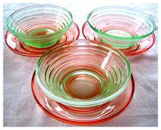 """Retro Scandinavian: Hadeland Glassverk. Mønsteret med de smale rillene heter """"Siljan"""" (se det grønne pressglasset)."""