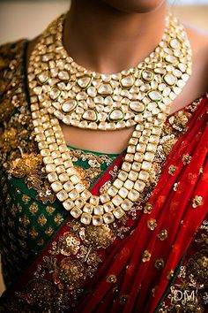 Absolutely love this bridal set - Indian wedding - Indian wedding jewelery - Indian wedding jewellery - kundan jewllery - meenakari jewellery #thecrimsonbride