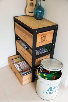 ワイン箱を利用した棚。白木だったものを、男の子向けに濃いめの色に塗りかえた。