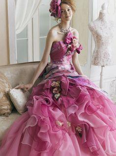 ユミブランカ    YB15310P  華やかでインパクトのあるシルクブロケードを、アシンメトリーにデザインした、ミックスカラーのソワレ。胸元とスカートのリボン使いが、キュートなアクセントになっています。  Yumi Katsura Wedding